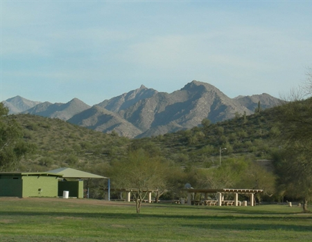Estella_picnic_area_and_mountains